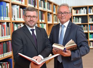 (v.l.): Landesrat Ludwig Schleritzko und Bundesrat Karl Bader (Obmann Forum Erwachsenenbildung Niederösterreich) freuen sich über die Rekordzahlen für die NÖ Bibliotheken (Bildquelle: NLK / Johann Pfeiffer)