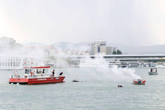 Bürgermeister Dr. Michael Ludwig besucht eine Einsatzübung, der Polizei, der Wiener Rettung, und der Berufsfeuerwehr auf der Donau (Bildquelle: PID/Votava Martin)