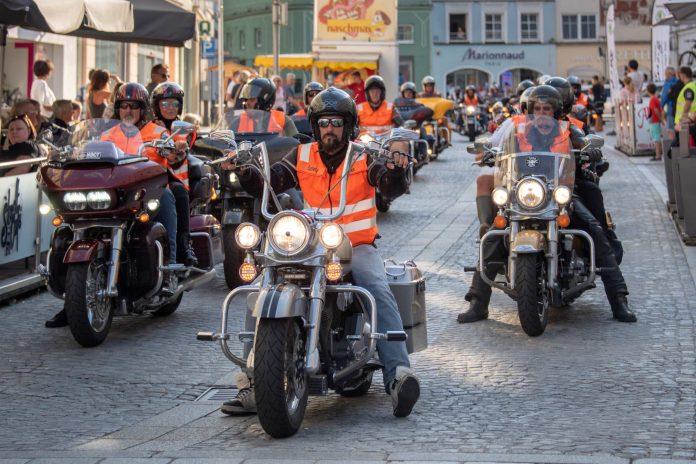 Zahlreiche BesucherInnen bestaunten die vielen Harleys und Vespas (Bildquelle: Franz Kaufmann)
