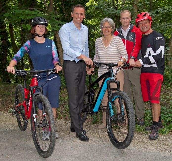 ecoplus Geschäftsführer Jochen Danninger, Wirtschafts- und Tourismuslandesrätin Petra Bohuslav und NÖ-BBG Geschäftsführer Markus Redl mit begeisterten Mountainbikern (Bildquelle: Erich Marschik)