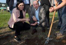 Bundesministerin Elisabeth Köstinger und Agrar-Landesrat Max Hiegelsberger bei der Besichtigung der Dürreschäden (Bildquelle: Daniel Kauder)