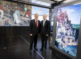 (v.l.n.r.): Flughafen - Vorstand Dr. Günther Ofner und KHM-Geschäftsführer Dr. Paul Frey bei der Besichtigung der Bruegel-Kunstwerke am Flughafen (Bildquelle: Flughafen Wien)