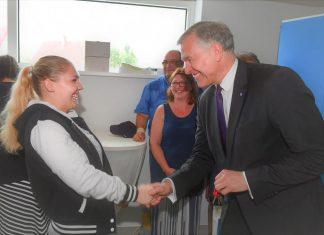 Landesrat Martin Eichtinger übergibt den Schlüssel einer neuen Mieterin und gratuliert zum künftigen Zuhause (Bildquelle: zVg.)