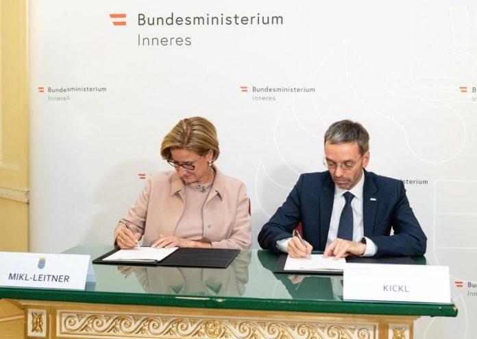 Landeshauptfrau Johanna Mikl-Leitner und Bundesminister Herbert Kickl unterzeichneten eine neue Sicherheitslinie für Niederösterreich (Bildquelle: NLK Burchhart)