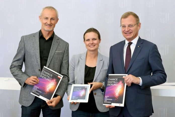 (v.l.n.r.): Mag. (FH) Reinhard HAIDER (E-Government-Beauftragter des OÖ Gemeindebundes), Dr.in Bettina WILLIGER (Fraunhofer-Gesellschaft Nürnberg) und Landeshauptmann Mag. Thomas Stelzer (Bildquelle: Land OÖ / Denise Stinglmayr)