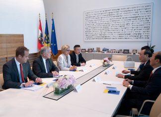 Die Delegationen beim Arbeitsgespräch (Bildquelle: NLK Filzwieser)