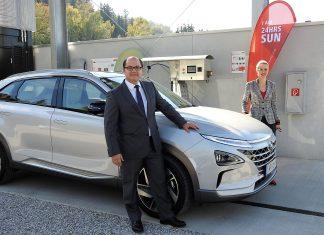 Hyundai Österreich - Geschäftsführer Roland Punzengruber und Valeska Haaf (Pressesprecherin Hyundai Österreich) mit dem neuen Nexo vor der Fronius Wasserstoff-Betankungsanlage in Thalheim bei Wels (Bildquelle: Thomas Resch)