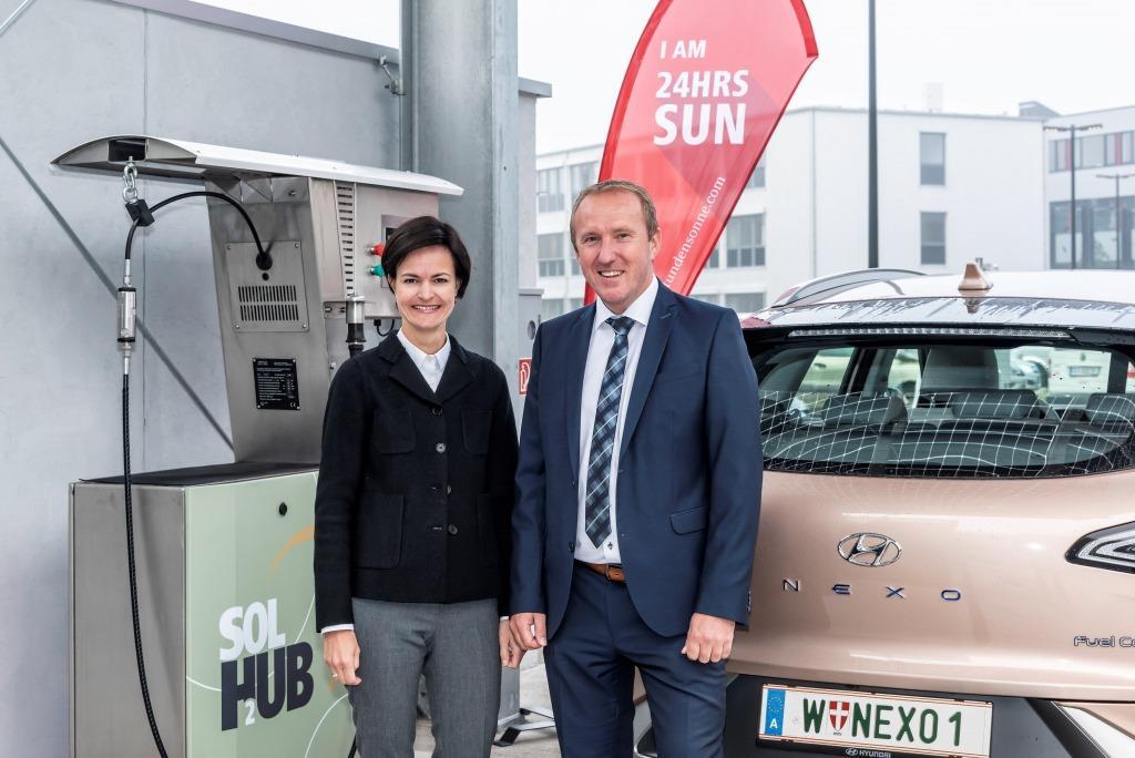 (v.l.n.r.): Fronius Geschäftsführerin Elisabeth Engelbrechtsmüller-Strauß und Leiter der Business Unit Solar Energy Martin Hackl (Bildquelle: Fronius International GmbH)