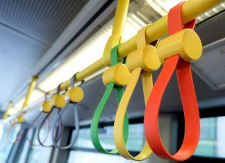 104 Halteschlaufen wurden in einem Waggon der U6 in den Farben des Regenbogens angebracht (Bildquelle: PID/Christian Fürthner)