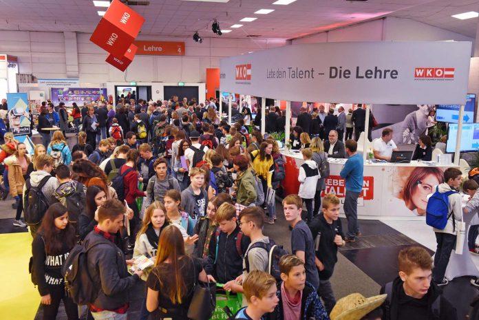 """Bei der Messe """"Jugend & Beruf"""" präsentieren sich auf 15.000 m² Hallenfläche 286 Aussteller (Bildquelle: Röbl)"""