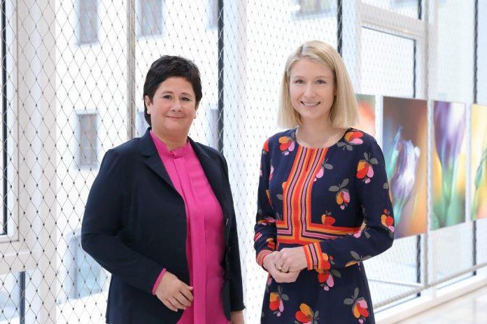 (v.l.n.r.): MMag.a Bettina Schneebauer und Landesrätin Mag.a Christine Haberlander (Bildquelle: Land OÖ / Schaffner)