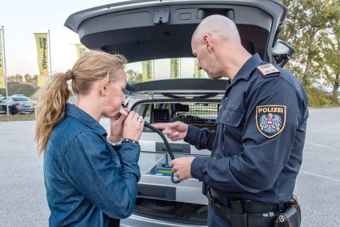 Durchführung eines Alkoholtests mit geeichtem Messgerät (Bildquelle: Heinz Henninger)