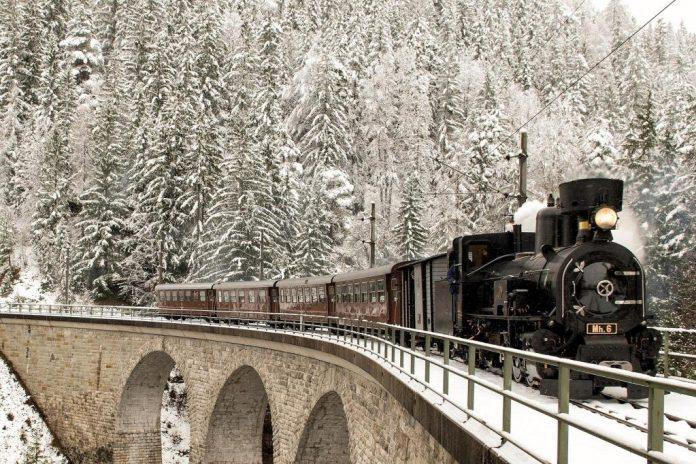 Die beliebte Nostalgiegarnitur der Mariazellerbahn mit Dampflok ist in der Vorweihnachtszeit verstärkt unterwegs (Bildquelle: NÖVOG / Gregory)