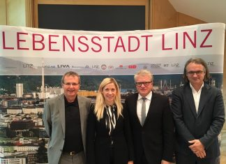 (v.l.n.r.): Mag. Christian Denkmaier, Stadträtin Doris Lang-Mayerhofer, Bürgermeister Klaus Luger und Dr. Julius Stieber (Bildquelle: Timo Hönig)
