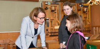 Bildungs-Landesrätin Christiane Teschl-Hofmeister mit Volksschulkindern in der Werkstatt der HTL Krems (Bildquelle: NLK Reinberger)