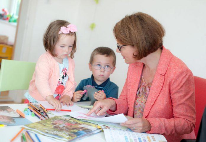 Familien-Landesrätin Christiane Teschl-Hofmeister spielt mit Kindern (Bildquelle: Josef Herfert)