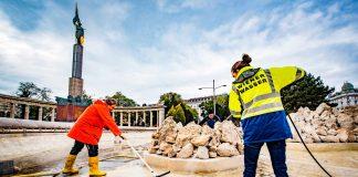 Reinigungsarbeiten im Becken des Hochstrahlbrunnens am Schwarzenbergplatz vor der Winterpause (Bildquelle: Wiener Wasser/Novotny)