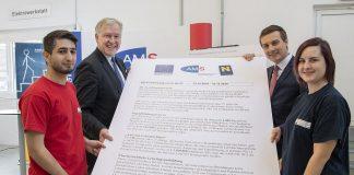 Landesrat Martin Eichtinger und AMS-Landesgeschäftsführer Sven Hergovich mit den Lehrlingen Susanne und Roland bei der Unterzeichnung der Niederösterreichischen Ausbildungsgarantie (Bildquelle: NLK / Filzwieser)