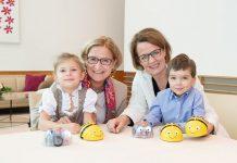 """Landeshauptfrau Johanna Mikl-Leitner und Landesrätin Christiane Teschl-Hofmeister: """"Mithilfe der kleinen Roboter sollen Kinder bereits im Kindergarten oder in der Volksschule spielerisch an moderne Medien und Robotik herangeführt werden."""" (Bildquelle: NLK / Johann Pfeiffer)"""