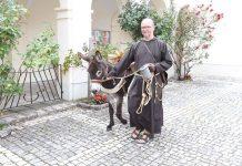 """Bruder Markus Kowalczuk vom Kapuzinerkloster Wiener Neustadt posiert mit einem Esel als Maskottchen für das Projekt """"Christen in Bewegung"""" (Bildquelle: Kapuziner)"""