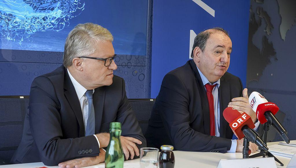(v.l.n.r.): Bürgermeister Klaus Luger und Generaldirektor DI Erich Haider bei der Pressekonferenz in der neuen Hafendirektion<small> (Bildquelle: Linz AG) </small>