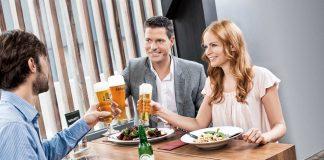 Besondere Anlässe lassen sich auch mit alkoholfreiem Bier feiern und genießen (Bildquelle: Brau Union Österreich)