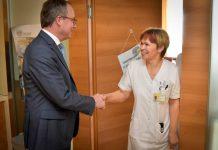 LH-Stellvertreter Dr. Stephan Pernkopf mit DGKP Adelheid Hammerl aus dem Landesklinikum Melk (Bildquelle: NÖ Landeskliniken-Holding)