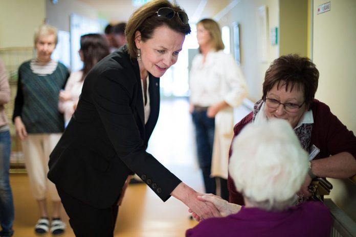 Sozial-Landesrätin Christiane Teschl-Hofmeister wünscht den BewohnerInnen der NÖ Pflege- und Betreuungszentren eine stimmungsvolles Weihnachtszeit (Bildquelle: Büro LR Teschl-Hofmeister)