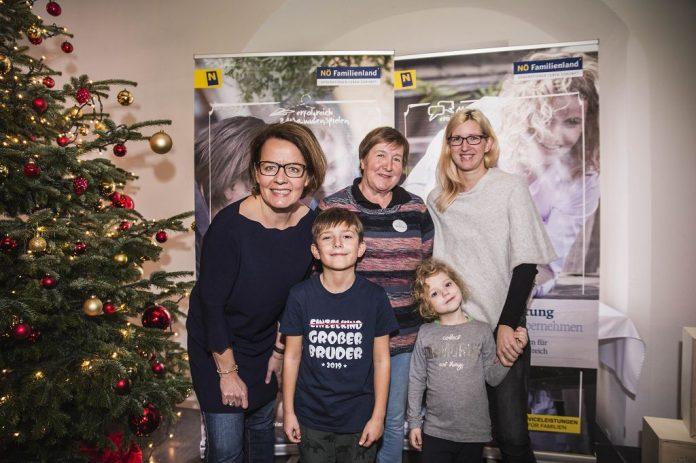 Mutter Katharina und Oma Waltraud Hlavacek mit Emanuel und Zoe gemeinsam mit Landesrätin Christiane Teschl-Hofmeister (links) beim NÖ Spielefest auf der Schallaburg (Bildquelle: Daniela Matejschek)