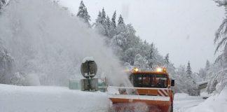 Die Straßenmeisterei Kirchdorf im Einsatz mit der Fräße um die Straßen von Schnee und Eis zu befreien (Bildquelle: Gittmaier StrM Kremsdorf / Land OÖ)