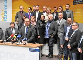 VPNÖ-Landesgeschäftsführer Bernhard Ebner mit den Bezirks-geschäftsführerInnen der Volkspartei NÖ bei der Pressekonferenz in St. Pölten. (Bildquelle: Thomas Resch)