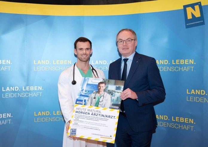 (v.l.n.r.): Dr. Josef Bohrn, Turnusarzt im Universitätsklinikum St. Pölten und LH-Stellvertreter Dr. Stephan Pernkopf (Bildquelle: zVg.)