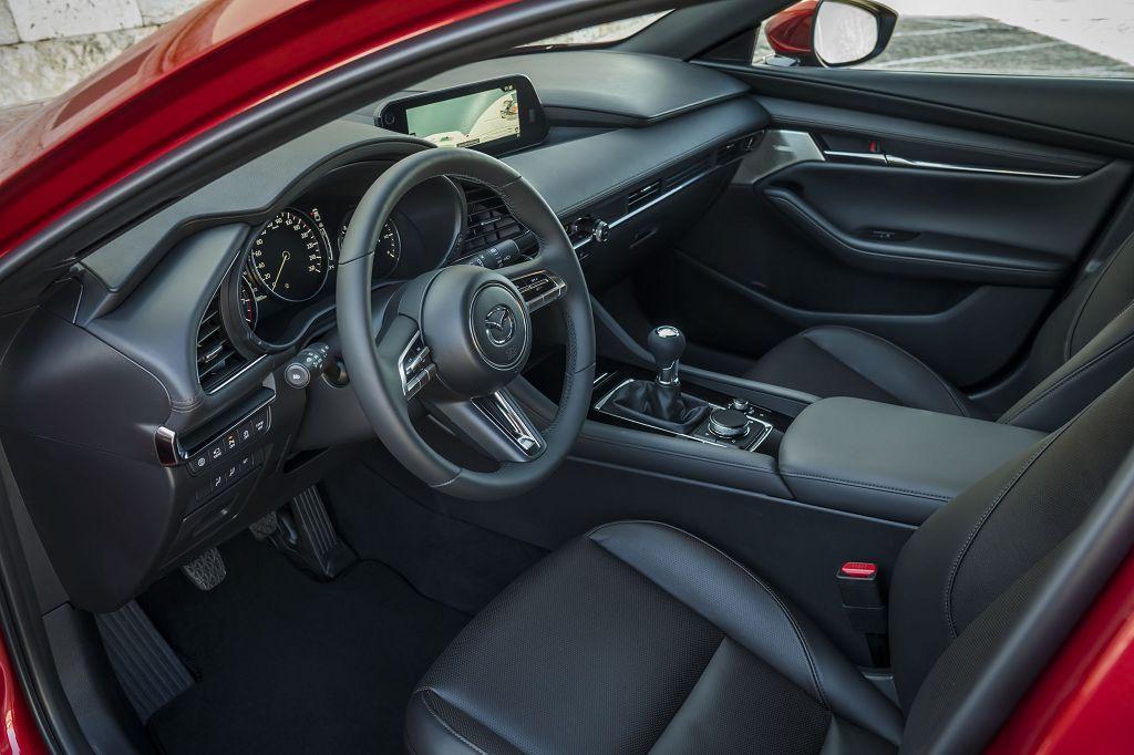 Das Innenraumdesign des neuen Mazda3 ist auf eine einfache und intuitive Bedienung ausgerichtet <small> (Bildquelle: Mazda) </small>