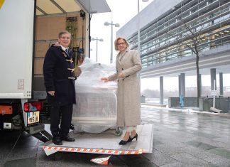Landeshauptfrau Johanna Mikl-Leitner und Stefan Krauter, Geschäftsführer der cargo-partner GmbH beim Abtransport der Hilfsgüter nach Tansania (Bildquelle: NLK / Johann Pfeiffer)