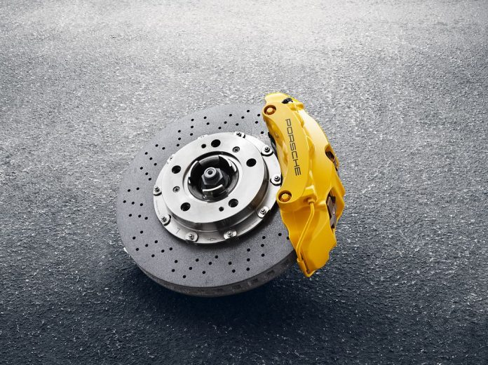 Keramik ein gefragtes Material auch in der Autoindustrie: Im Bild eine High-tech Keramik - Bremsscheibe von Porsche (Bildquelle: Porsche)