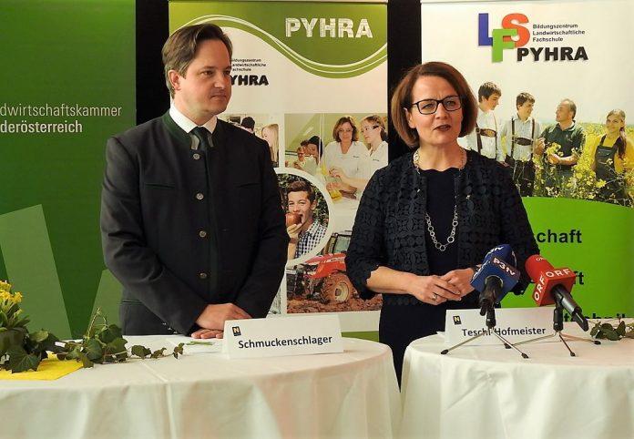 Landesrätin Christiane Teschl-Hofmeister und NÖ Landwirtschaftskammer-Präsident Johannes Schmuckenschlager bei der Pressekonferenz in der Landwirtschaftlichen Fachschule Pyhra (Bildquelle: Thomas Resch)
