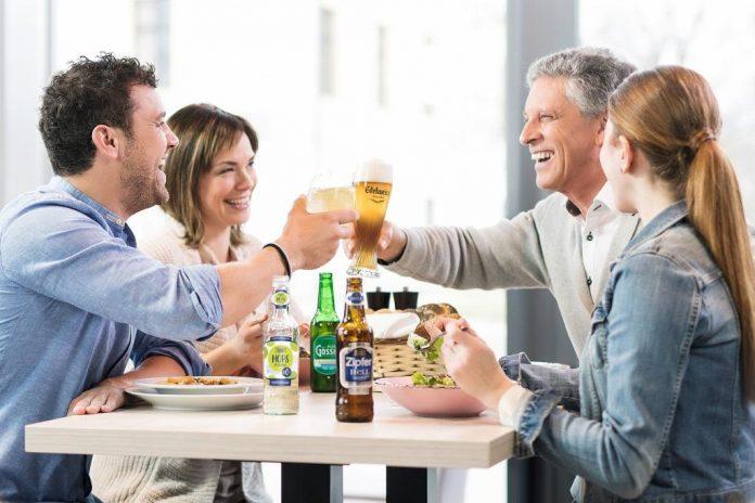 Bei geselligen Anlässen untertags ist das Anstoßen mit alkoholfreiem Bier bereits salonfähig (Bildquelle: Brau Union Österreich)