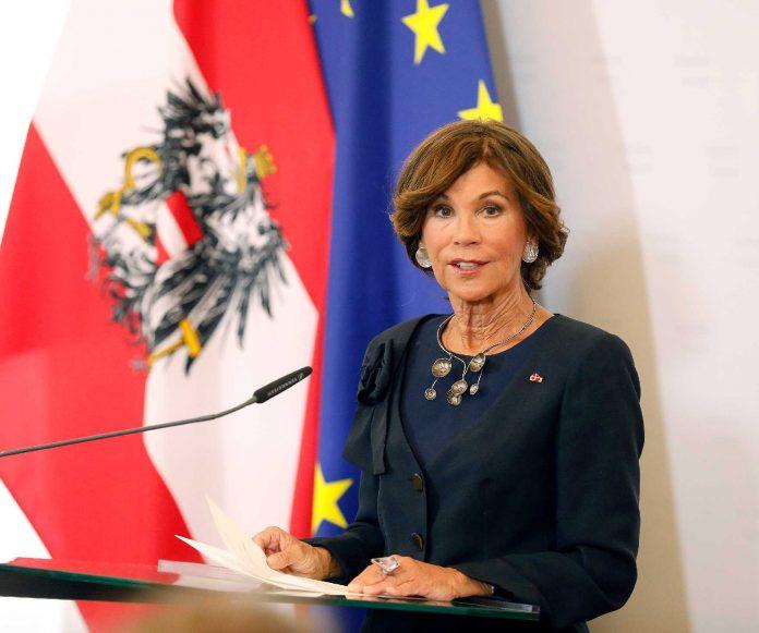 Österreichs erste Kanzlerin samt Regierung im Amt