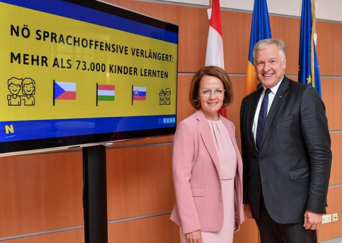 (v.l.n.r.): Landesrätin Christiane Teschl-Hofmeister und Landesrat Martin Eichtinger präsentieren die Verlängerung der internationalen Sprachoffensive