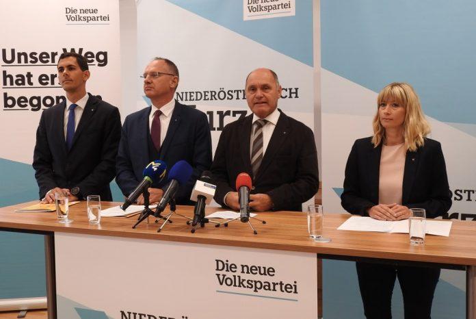 (v.l.n.r.): Landeslistenkandidat Matthias Cernusca, VPNÖ-Sicherheitssprecher Gerhard Karner, NÖ-Spitzenkandidaten Wolfgang Sobotka und Landeslistenkandidatin Petra Strohmayr bei der Pressekonferenz in St. Pölten