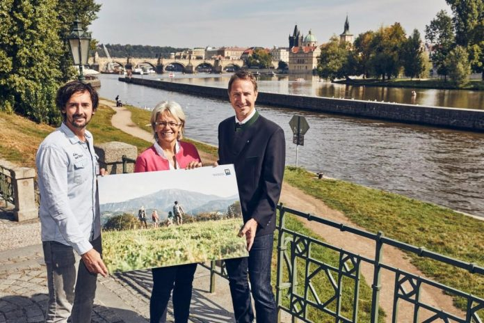 (v.l.n.r.): Karl Morgenbesser, Geschäftsführer der Familienarena Bucklige Welt-Wechselland GmbH, Tourismuslandesrätin Petra Bohuslav und Stefan Bauer, Prokurist der Niederösterreich-Werbung GmbH