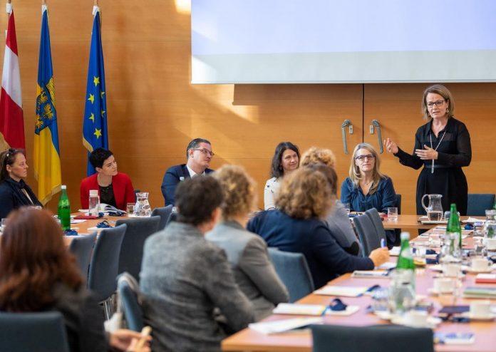 Sozial-Landesrätin Christiane Teschl-Hofmeister berichtete zum Auftakt der Veranstaltung zu relevanten Themen des Pflege- und Gesundheitsbereichs in Österreich