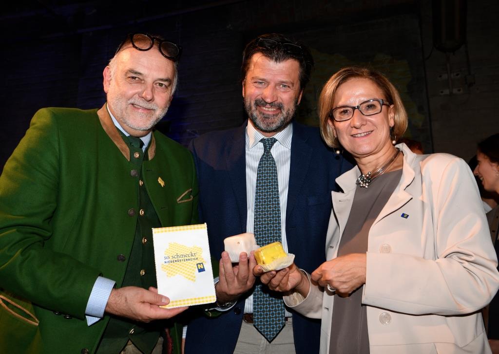 Landeshauptfrau Johanna Mikl-Leitner und der Geschäftsführer der Energie- und Umweltagentur Christian Milota (links) mit Keynote-Speaker Martin Rohla