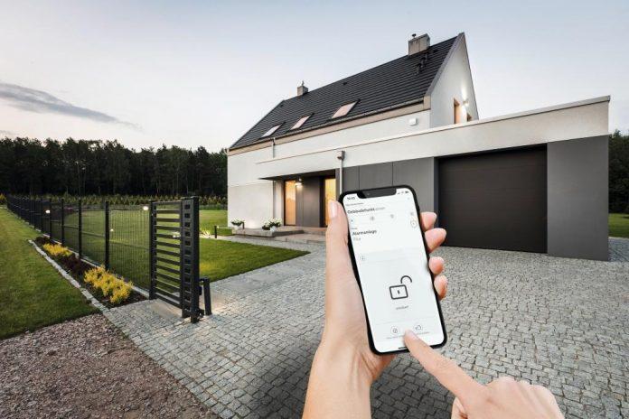 Die Gira Smart Home App ermöglicht die mobile Kontrolle des Gira Sicherheitssystems Alarm Connect – zu Hause und unterwegs