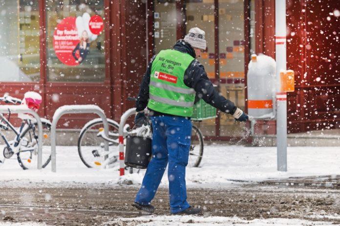 Winterdienst bei Haltestelle Spitalgasse / Währingerstraße