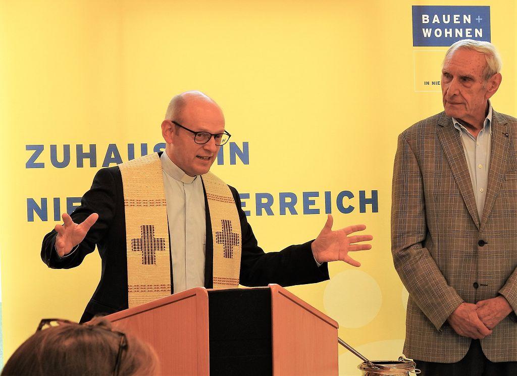 Die Segnung erfolgte durch Pfarrer Dr. Rupert Grill <small> (Bildquelle: Thomas Resch)</small>