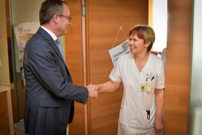 LH-Stellvertreter Dr. Stephan Pernkopf mit DGKP Adelheid Hammerl, stv. Stationsleitung Gynäkologie und Geburtshilfe aus dem Landesklinikum Melk