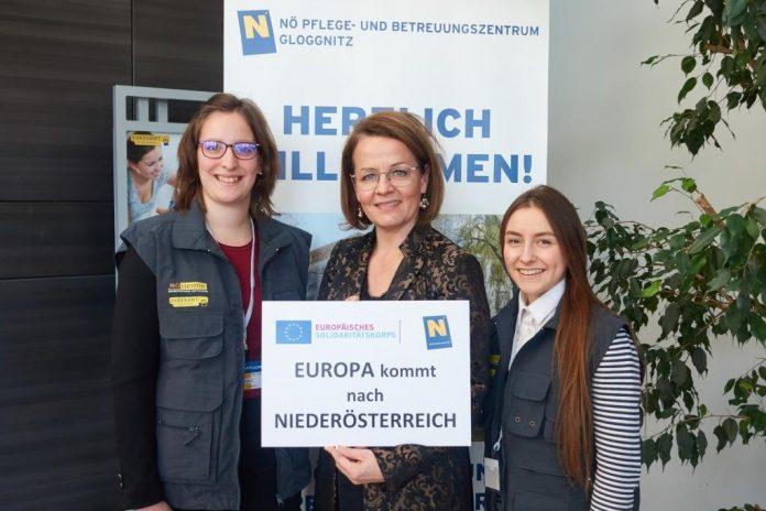 (v.l.n.r.): Enora aus Frankreich, Sozial-Landesrätin Christiane Teschl-Hofmeister und Lina aus Litauen