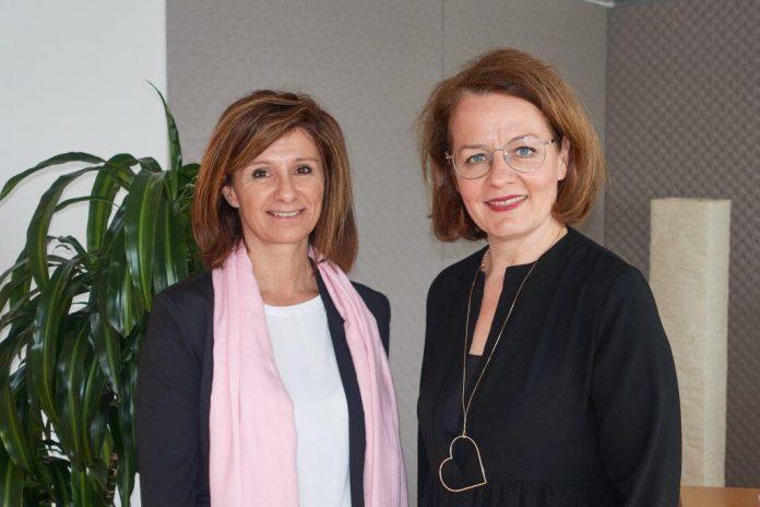 Landesrätin Christiane Teschl-Hofmeister (rechts) gratuliert Elisabeth Heiß zu ihrer neuen Aufgabe als Kindergarteninspektorin für Stadt und Bezirk Krems
