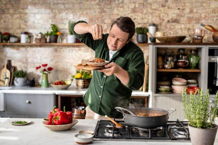 """Unter dem Namen """"iglo kocht mit Jamie Oliver"""" sind ab März 2020 exklusiv in Österreich sechs Tiefkühlgerichte des weltweit bekannten Kochs im Handel erhältlich"""